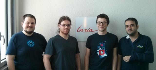 Foto de grup dels participants a l'esprint. D'esquerra a dreta: Christian Hofstaedtler, Tomasz Nitecki, Sebastien Badia i Antonio Terceiro